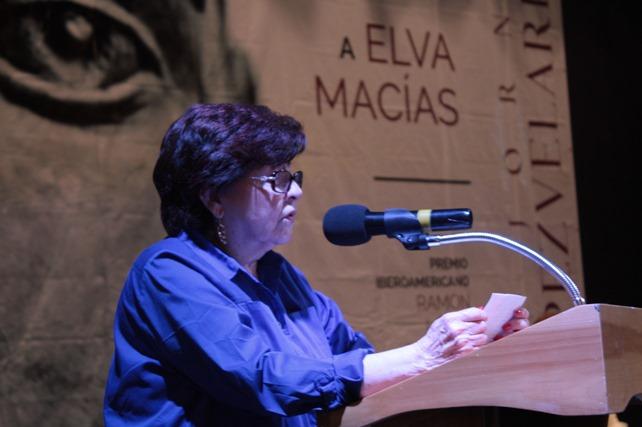 Elva Macías recibe el Premio